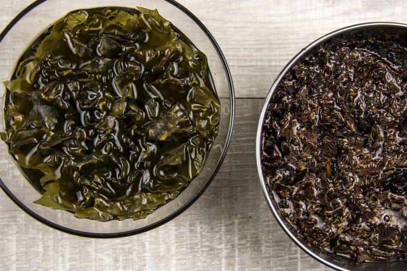 Bouillon d'oignon au kombu et vin jaune - réhydrater les algues kombu, les chanterelles en tube, et les morilles