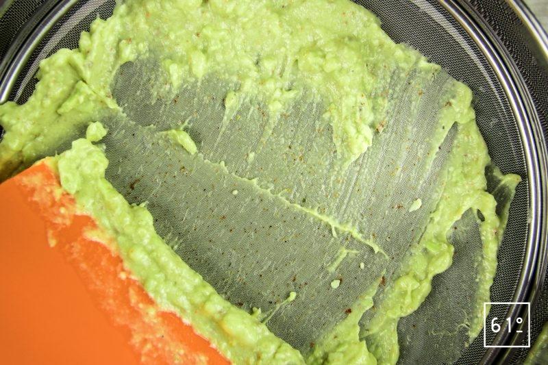 Guacamole - passer la purée au tamis fin
