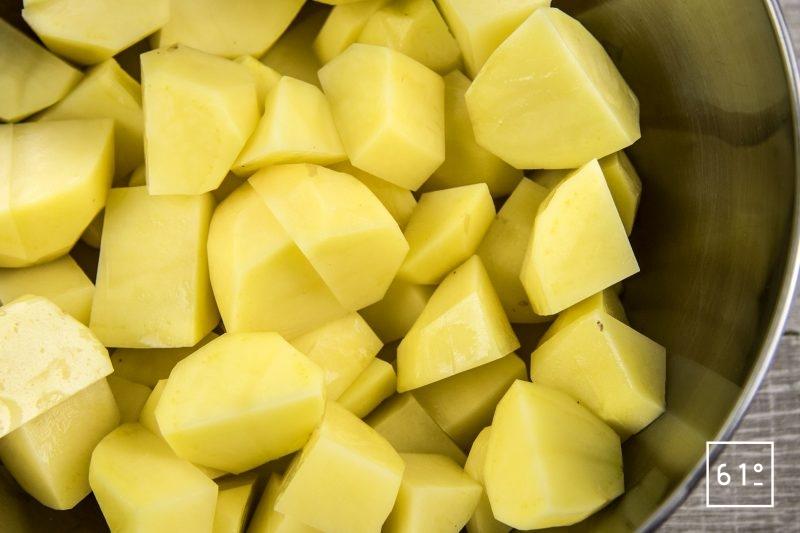 Hachis parmentier - couper les pommes de terre et les cuire à l'eau jusqu'à tendreté