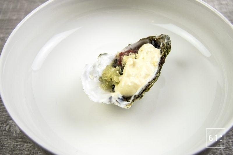 Huître et tartare d'agneau accompagné d'œufs de lompe, de mayonnaise à l'huître et de granitas de pommes acidulées
