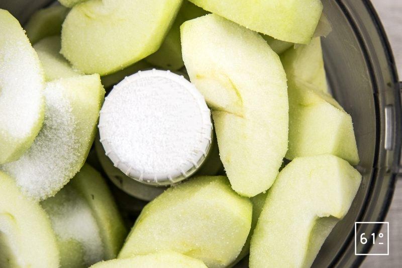 Huître et tartare d'agneau accompagné d'œufs de lompe, de mayonnaise à l'huître et de granitas de pommes acidulées - mixer les pommes vert et l'acide citrique