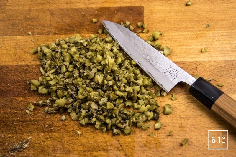 Sauce Gribiche - couper en dés les cornichons et les câpres