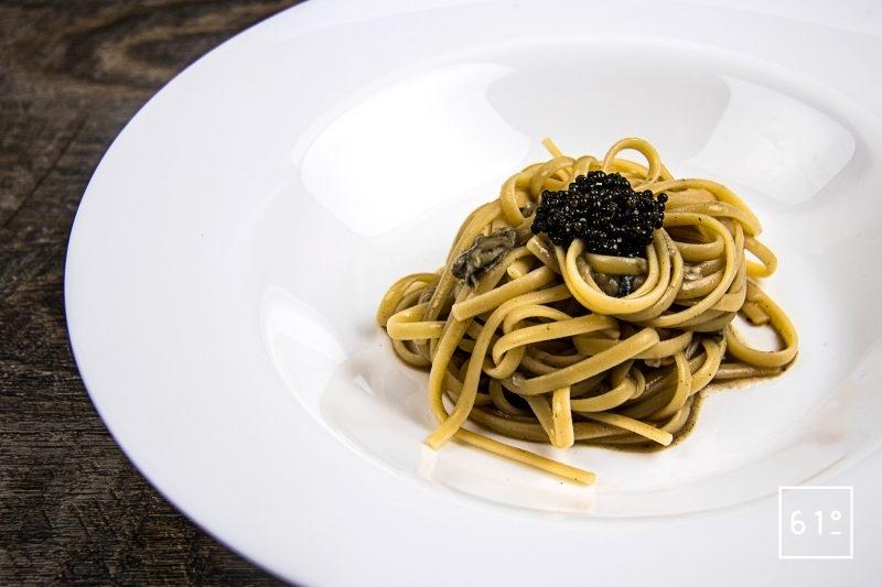 Linguine aux huîtres et bouillon de calmars grillés accompagnées de cognac et caviar