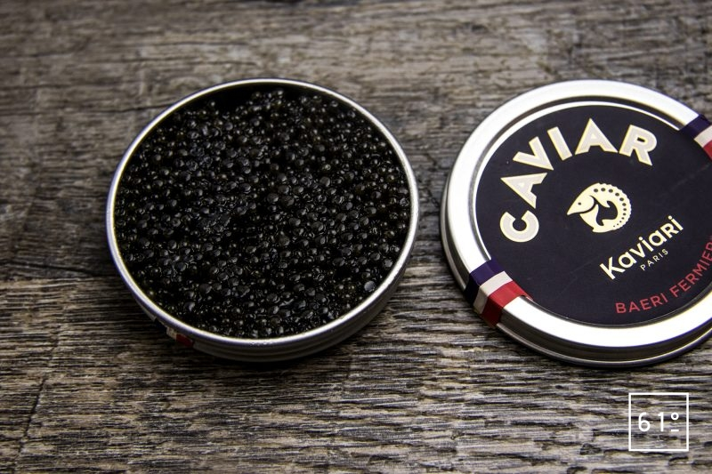 Linguine aux huîtres et bouillon de calmars grillés accompagnées de cognac et caviar - ouvrir la boite de caviar