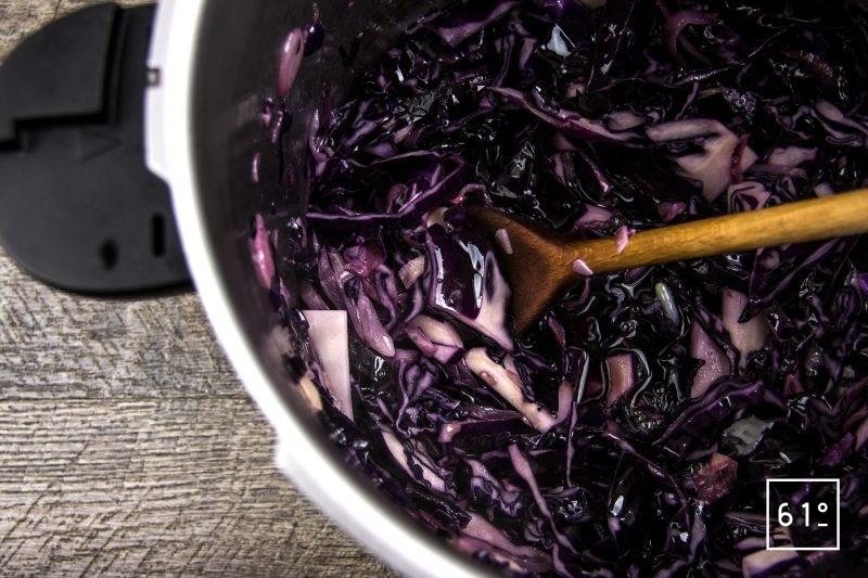 Picanha de Galice au chou rouge au vin - ajouter le vin et l'eau et remuer