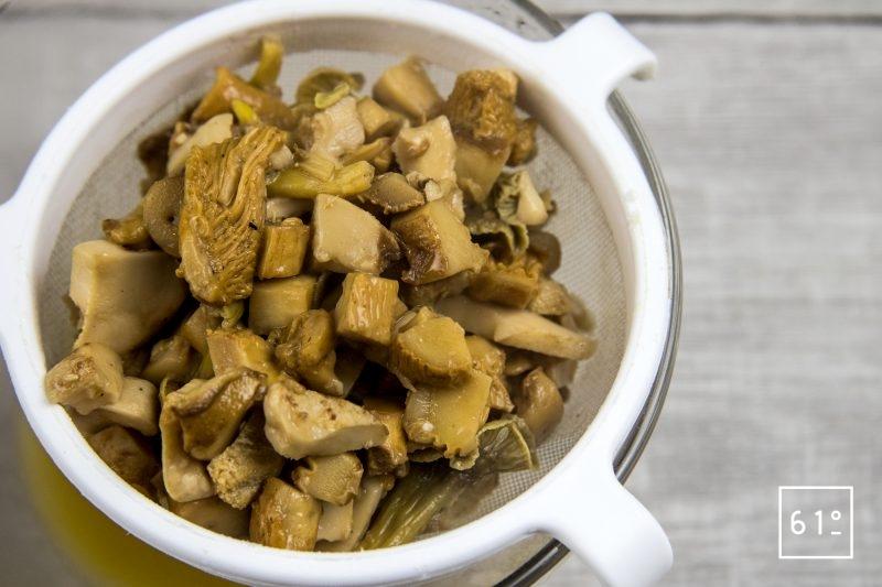 Beurre aux champignons - filtrer les champignons cuits
