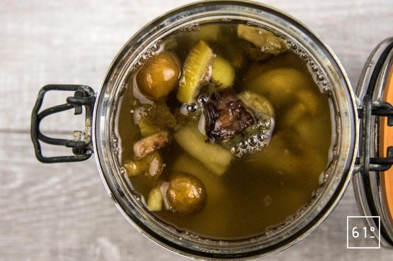 Champignons lactofermentés - congeler les champignons et morceaux de champignons - remplir de saumure et mettre un poids dessus