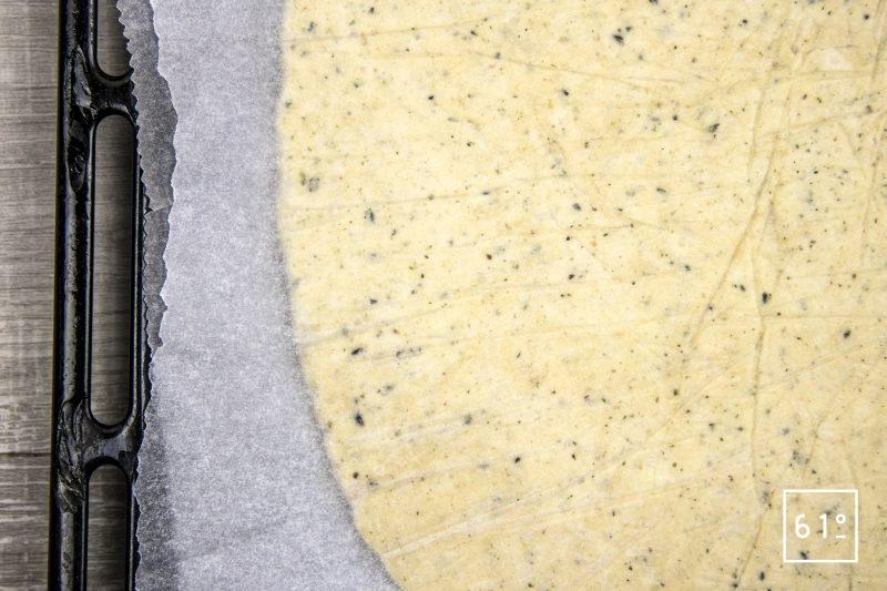 Cracker à l'oignon - étaler en fine couche la pâte