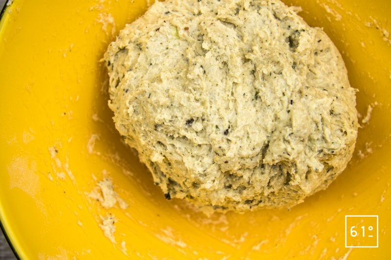 Cracker à l'oignon - mélanger la pâte
