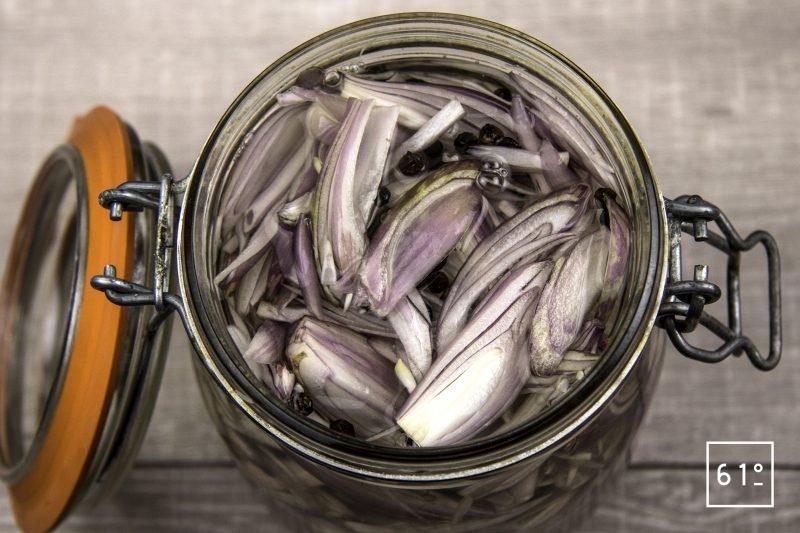Échalotes lactofermentées - remplir de saumure le pot d'échalotes