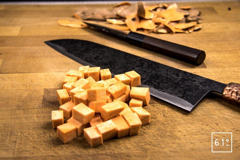 Homard basse température dans son bain de champignons accompagné de girolles et patates douces - découper les patates douces en cubes
