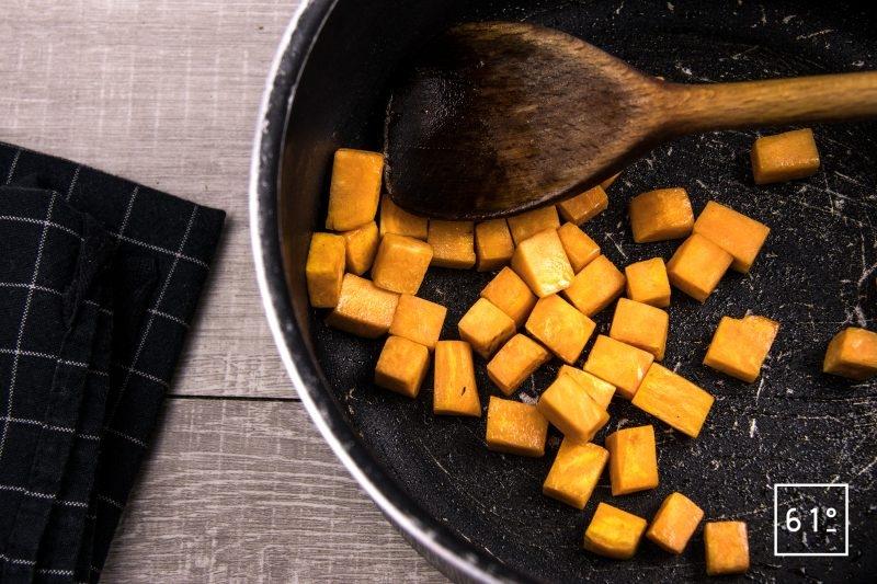 Homard basse température dans son bain de champignons accompagné de girolles et patates douces - cuire les patates douces en cubes