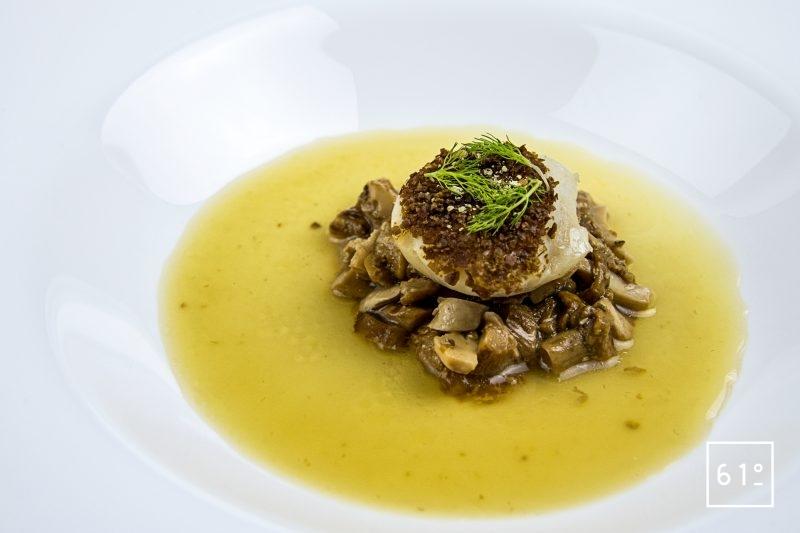 Noix de St Jacques sur son lit de champignons et dans son bain de bouillon de canard et kombu