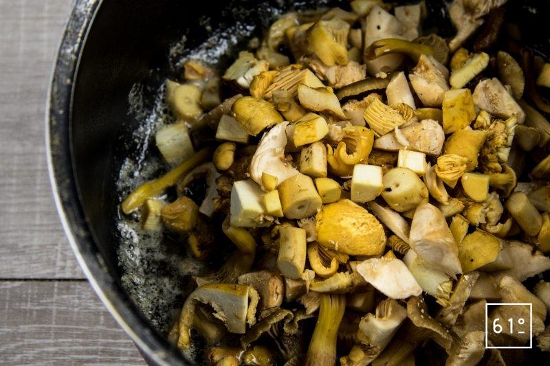Noix de St Jacques sur son lit de champignons et dans son bain de bouillon de canard et kombu - cuire les champignons