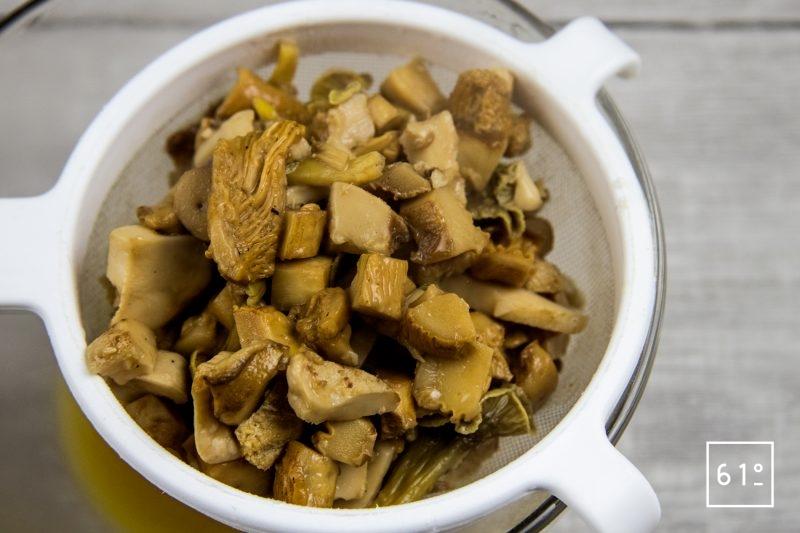 Noix de St Jacques sur son lit de champignons et dans son bain de bouillon de canard et kombu - filtrer