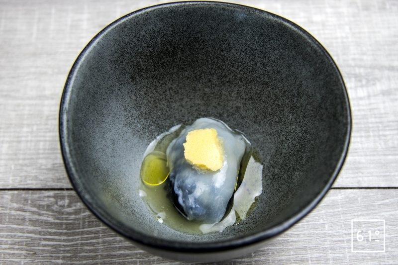Noix de St Jacques en mise en bouche dans un jus de cèpes lactofermentés sur lit de caviar accompagné d huile d olive et de beurre aux girolles