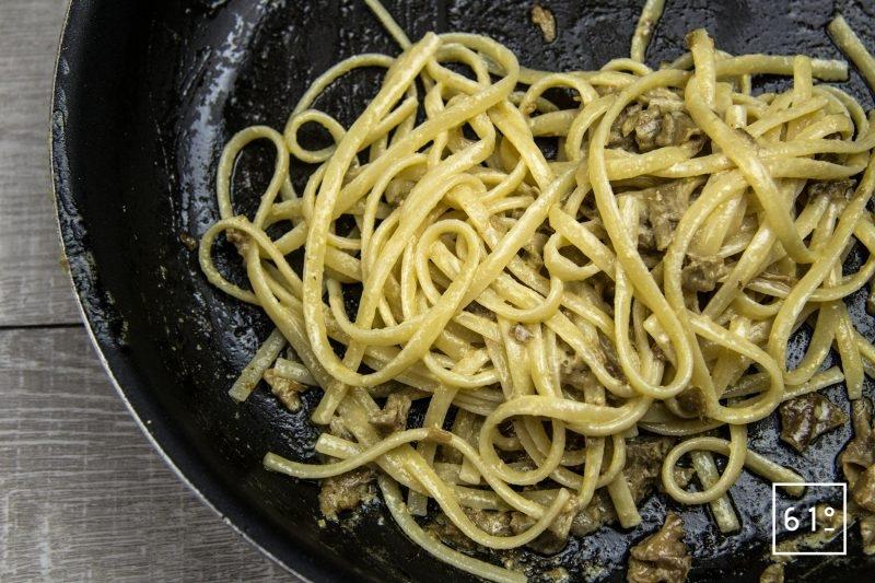 Linguine au Sparassis crispa et foie gras - mélanger la sauce, les linguine et le Sparassis crispa