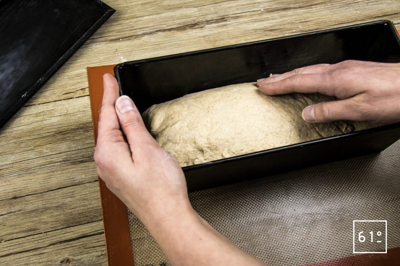Pain de mie - Déposer la pâte dans le moule