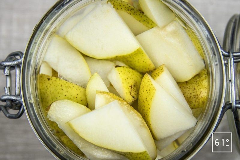 Poire lactofermentée - mettre les morceaux de poire dans le pot