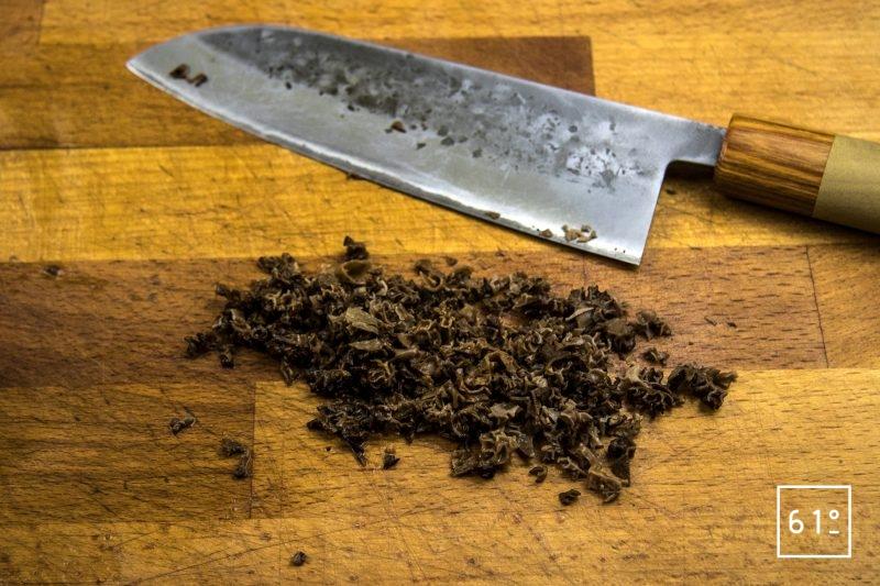 Tartare de Wagyu à la morille et au fruit de la passion - hacher les morilles