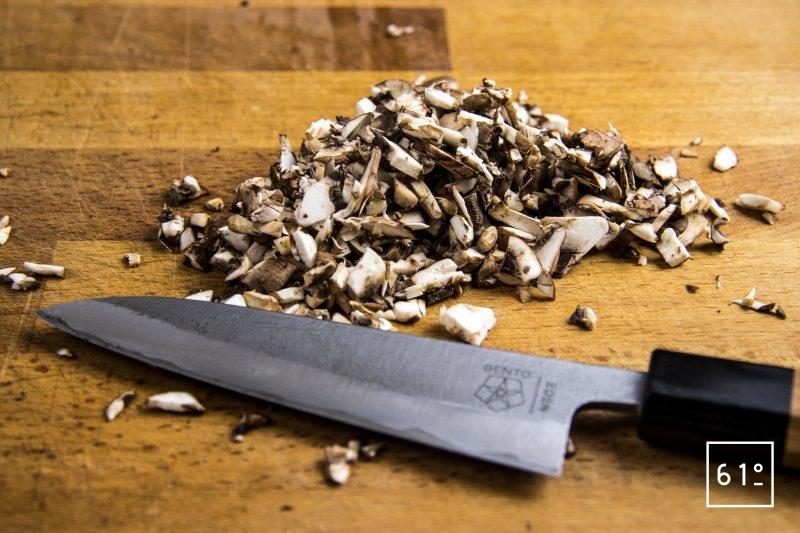 Tartare de Wagyu à la morille et au fruit de la passion - hacher les champignons bruns