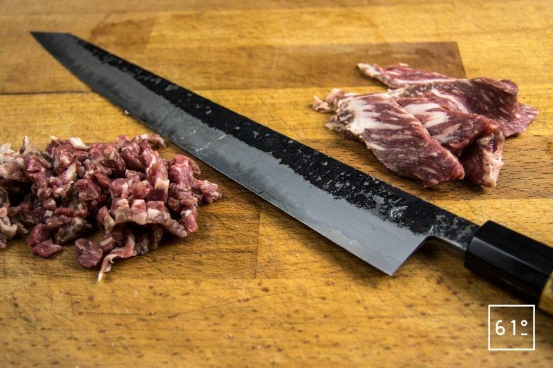 Tartare de Wagyu à la morille et au fruit de la passion - préparer le tartare au couteau