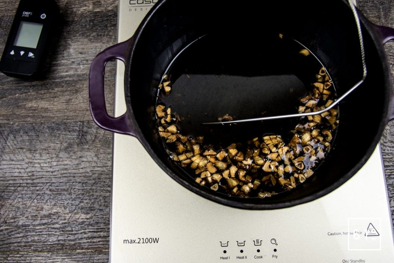 Huile à l'ail - cuire à 120 °C l'huile et l'ail