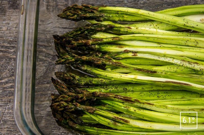 Asperges vertes rôties au four accompagnées d'un mélange d'huile d'olive et de vinaigre dashi - rôtir