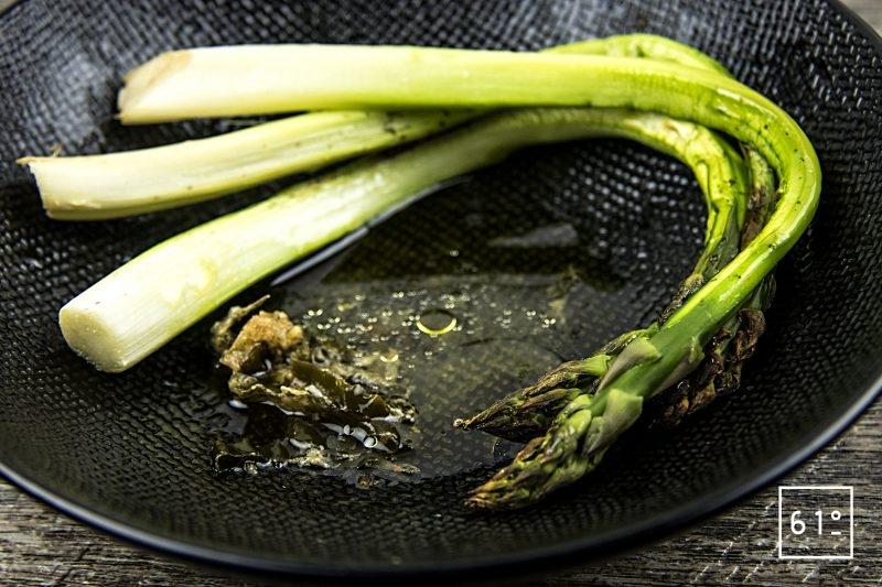 Asperges vertes rôties au four accompagnées d'un mélange d'huile d'olive et de vinaigre dashi