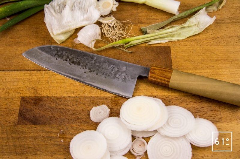Pickles d'oignons nouveaux au miso - préparer des rondelles d'oignons