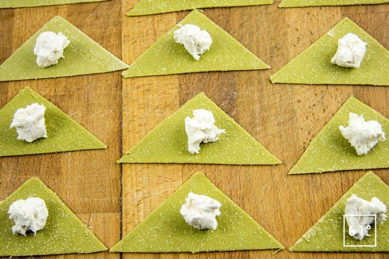 Ravioles de fromage de chèvre, mousse au cresson de fontaine, cardamone et gingembre, pousses de moutardes - placer la farce au centre des triangles