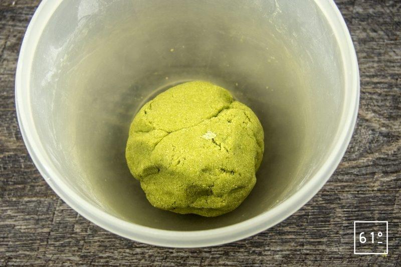 Ravioles de fromage de chèvre, mousse au cresson de fontaine, cardamone et gingembre, pousses de moutardes - former une boule de pâte à raviole