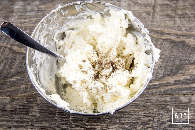 Ravioles de fromage de chèvre, mousse au cresson de fontaine, cardamone et gingembre, pousses de moutardes - mélanger les fromages et le poivre fumé