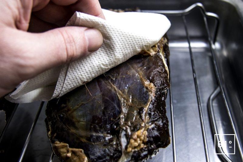 Sanglier séché à la sauce soja sombre - éponger la viande