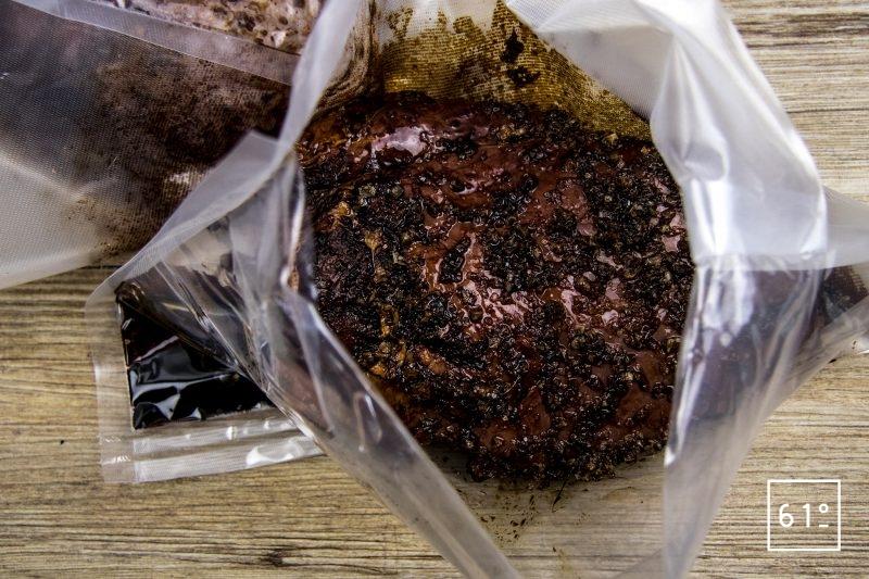 Sanglier séché à la sauce soja sombre - mélanger la sauce et le sel avec la sauce soja