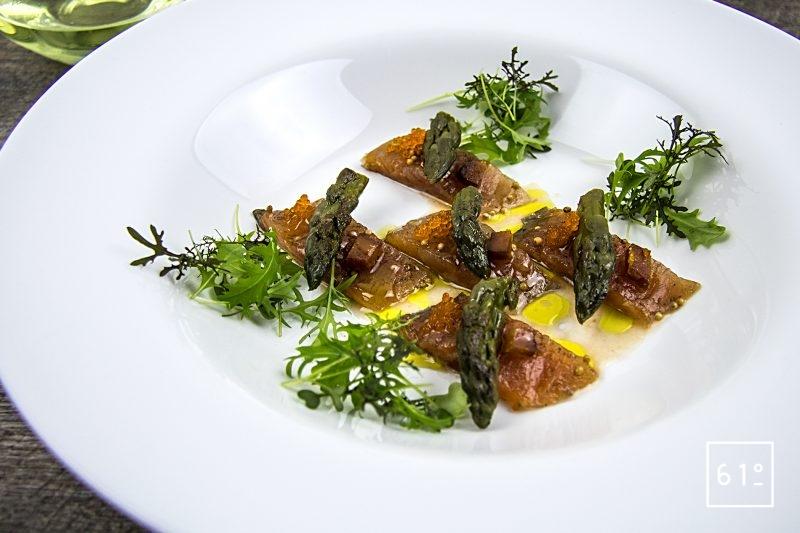 Saumon de fontaine mariné, accompagné de pointes d'asperges cuites sous vide, de poutarque, d'oeufs de poisson, et d'une sauce goyave, vinaigre dashi et huile d'olive fruité noir