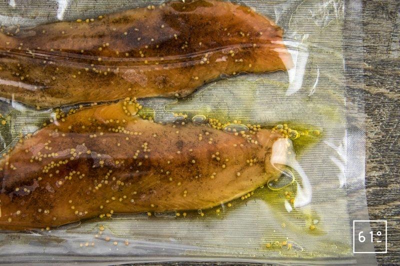Saumon de fontaine mariné, accompagné de pointes d'asperges cuites sous vide, de poutarque, d'oeufs de poisson, et d'une sauce goyave, vinaigre dashi et huile d'olive fruité noir - mettre sous vide les filets de saumon de fontaine