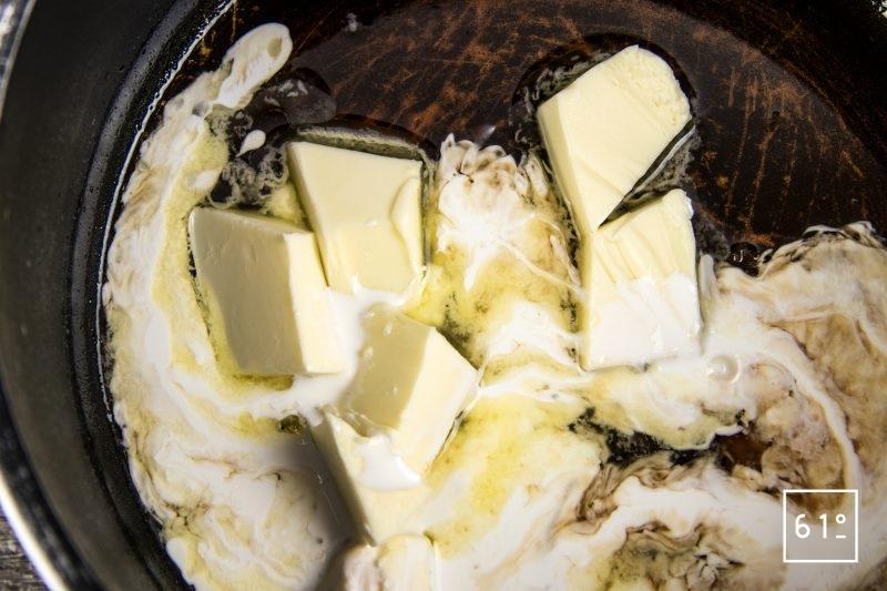 Truites Fario au vin jaune - ajouter le beurre à la réduction
