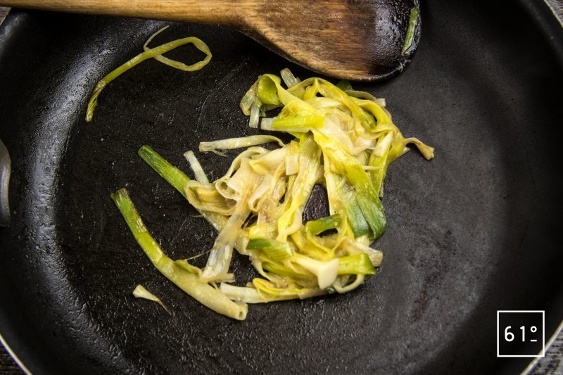 Truites Fario au vin jaune - saisir les poireaux avec le miso blanc