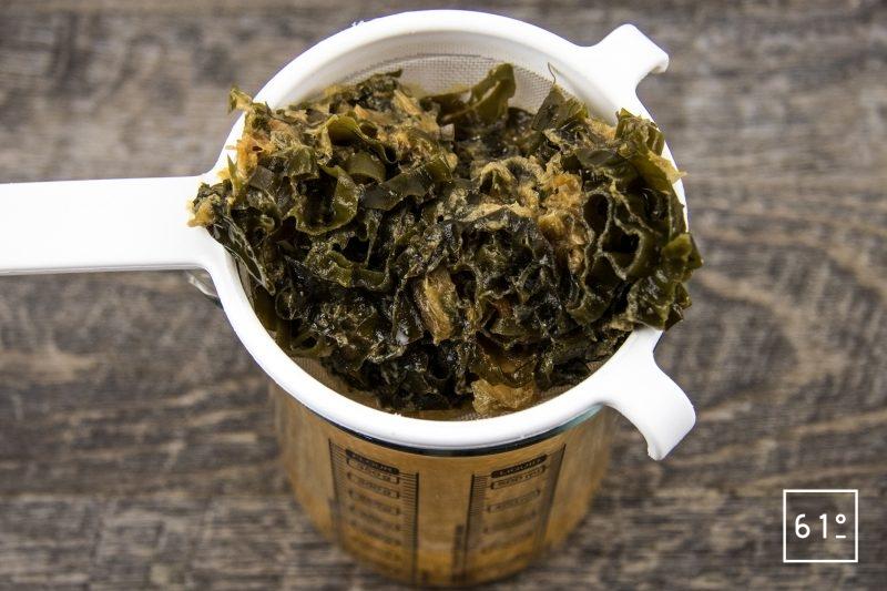 Vinaigre Dashi : vinaigre fumé et infusé au kombu et au katsuobushi - filtrer le vinaigre