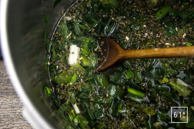 Bouillon d'épluchures de poireaux - ajouter le vin, l'eau, le vinaigre