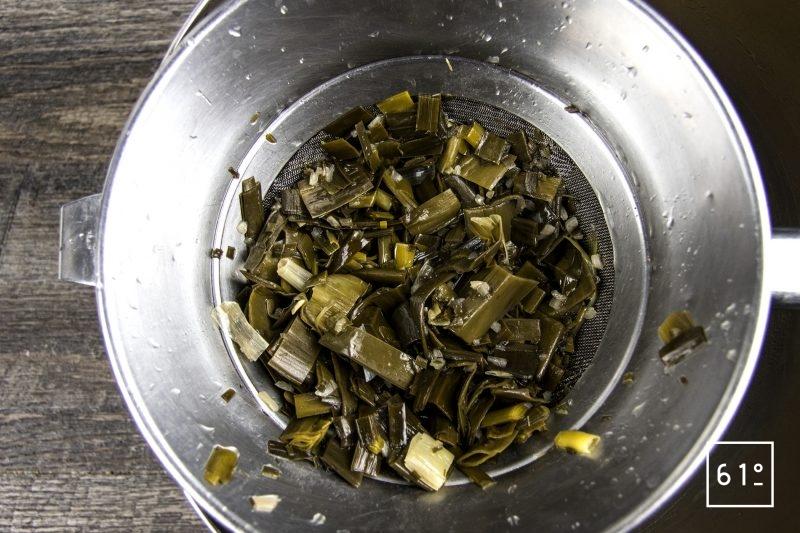 Bouillon d'épluchures de poireaux - filtrer le bouillon