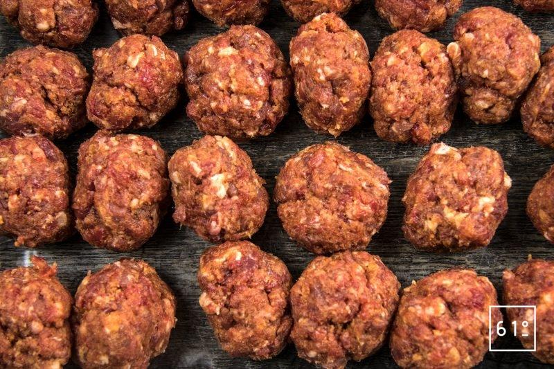 Boulettes de bœuf et de porc sauce moutarde épicée - former les boulette de viande