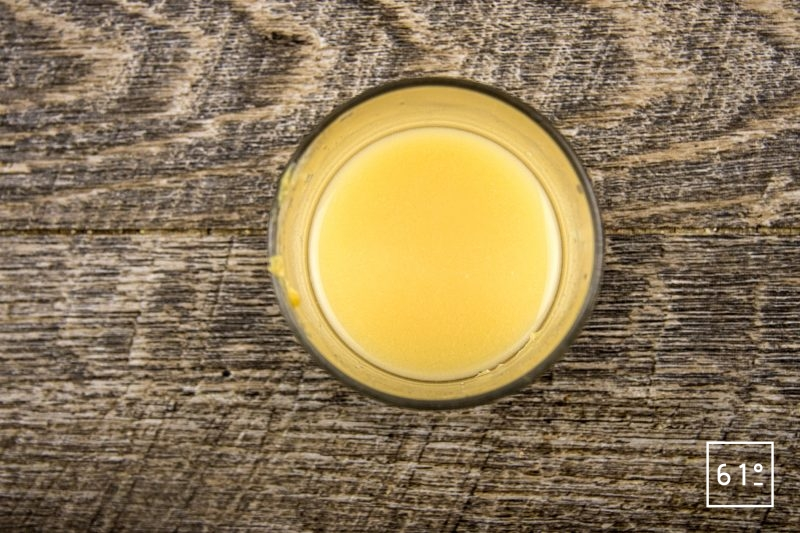 Mayonnaise aioli - délayer le miso avec le vinaigre