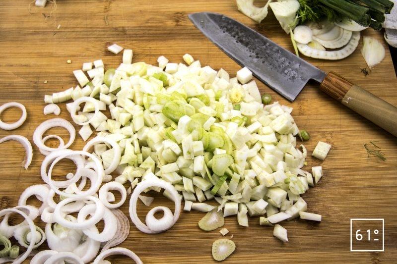 Pickles de fenouil et oignons nouveaux sous vide - découper la fenouil et l'oignon nouveau
