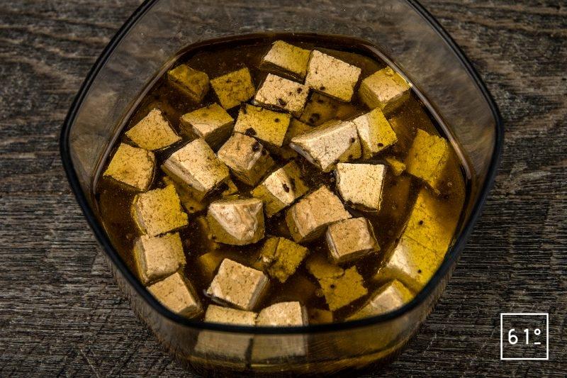 Tofu mariné et grillé - rasssembler les ingrédients : sauce soja, tofu, huile d'olive, miso rouge déshydraté, vinaigre dashi, bouillon d'asperge