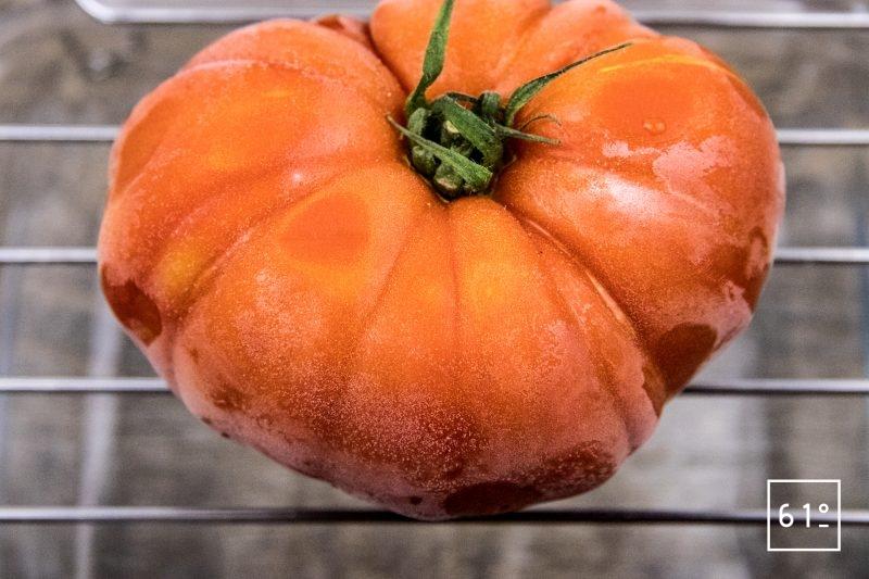 Eau de tomate - déposer la tomate sur une grille avec un récipient en dessous