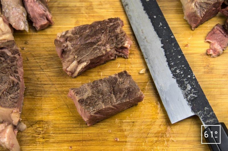Entrecôte de Black Pearl cuite sosu vide à basse température et son laquage aux fruits rouges - découper la viande