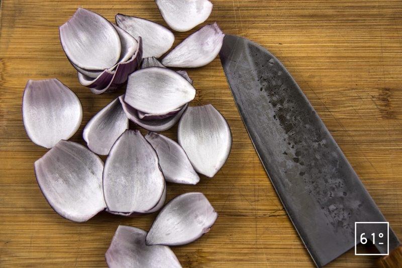 Entrecôte de Black Pearl cuite sosu vide à basse température et son laquage aux fruits rouges - découper les oignons en pétales
