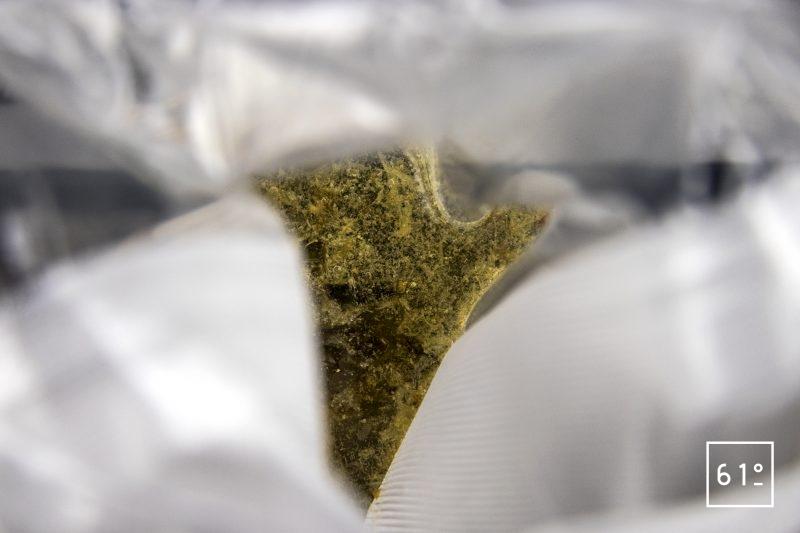 Homard au dashi de fruits rouges - mettre les algues kombu et le katsuobushi sous vide